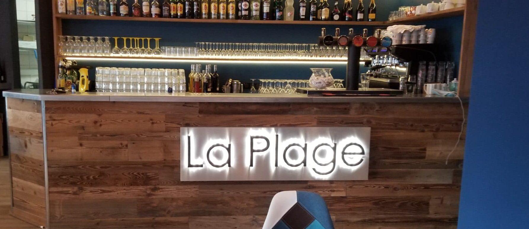 Nouvelle enseigne pour le restaurant La Plage à Fécamp.