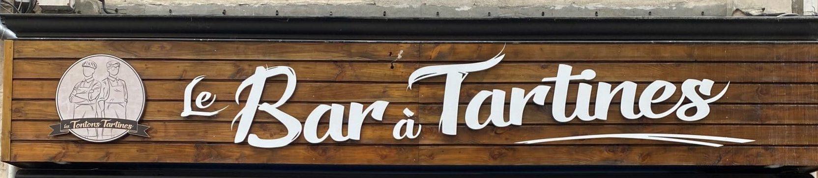 Une enseigne pour le bar des Tontons Tartines.